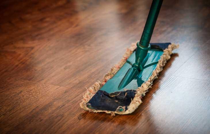 PVC-Boden reinigen und pflegen: blitzblank & glänzend!