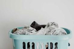 Wäsche verfärbt: Was tun? So wird die Wäsche wieder weiß!